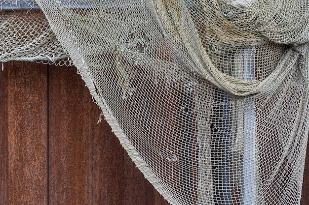 Séchage d'un vieux filet de pêche troué. texture de fond nautique maritime.