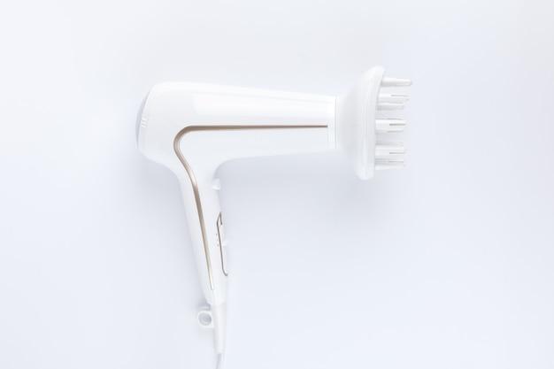 Sèche-cheveux avec accessoire de coiffage diffus sur fond blanc