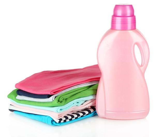 Sèche-linge adoucissant et vêtements pour enfants isolés sur blanc