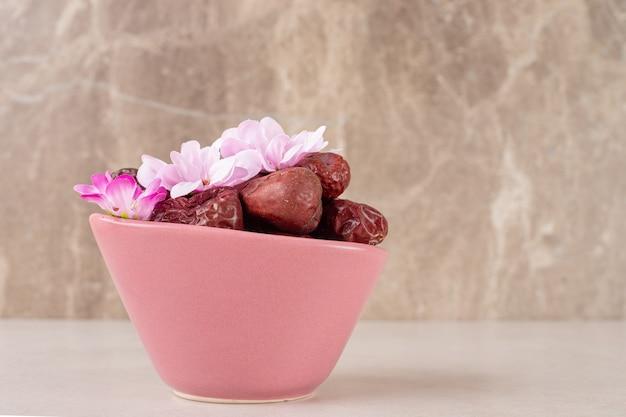 Sécher les baies de jujube dans une tasse sur du béton.