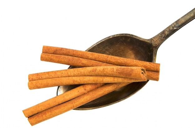 Sécher les bâtons de noisetier dans une vieille cuillère sur un fond blanc.