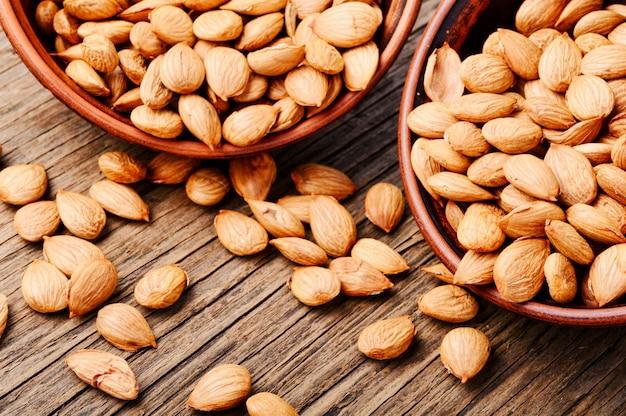 Sécher les graines d'abricot dans un bol
