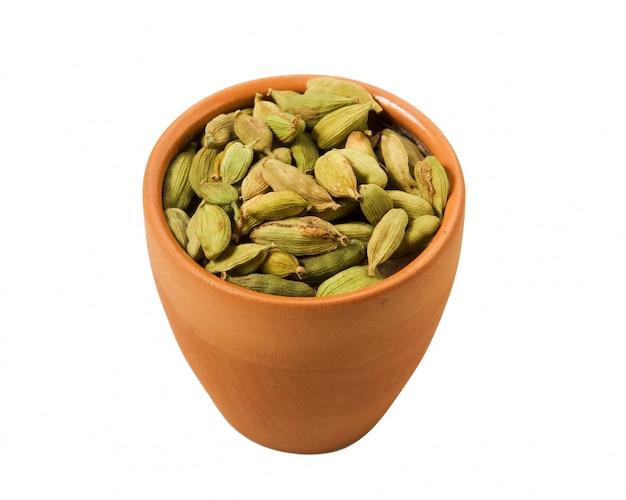 Sécher les graines de fenouil dans un bol sur un fond blanc.