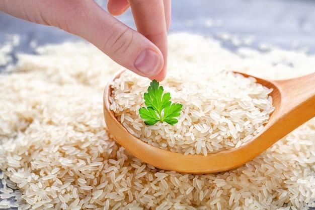 Sécher le riz long dans une grande cuillère en bois avec du persil vert frais.