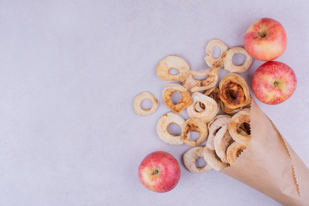 Sécher les tranches de pomme sur gris dans une pellicule de papier.