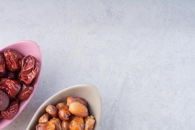 Séchez les dattes et les baies de jujubier dans des bols en céramique.