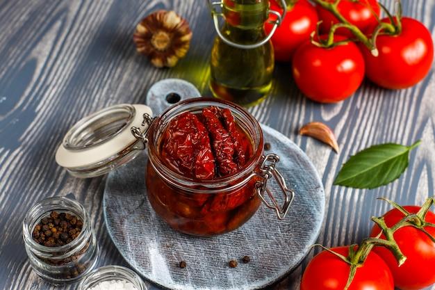 Séchez les tomates à l'huile d'olive.
