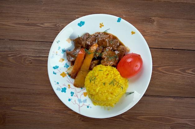 Seco de chivo - les secos sont des ragoûts équatoriens épais, généralement servis avec du riz jaune et des plantains frits