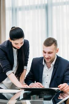 Secrétaire aux affaires et patron dans l'espace de travail de bureau