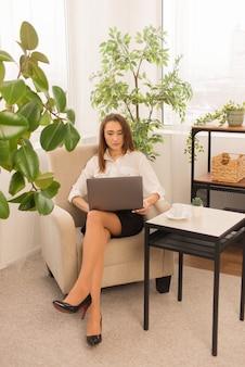 Secrétaire de femme d'affaires travaillant sur un ordinateur portable à la maison