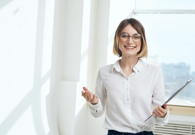 Secrétaire de femme dans le dossier de chemise blanche pour le bureau de copyspace de papiers