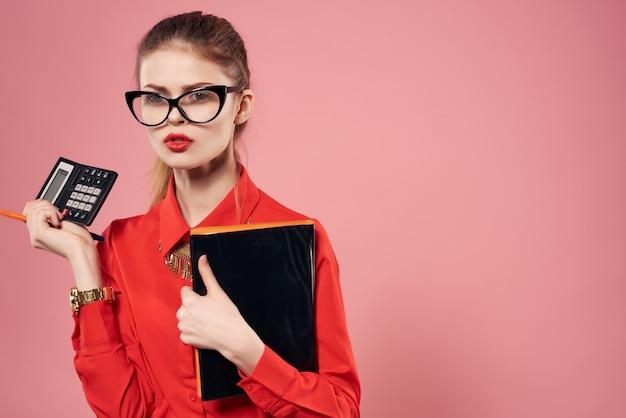 Secrétaire de femme avec des verres documents travail professionnel