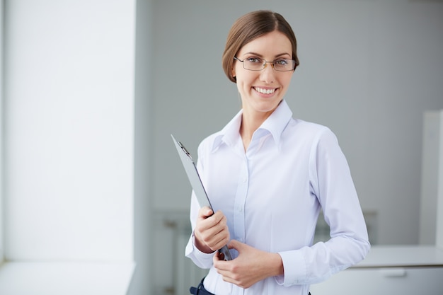 Secrétaire heureux avec une chemise blanche