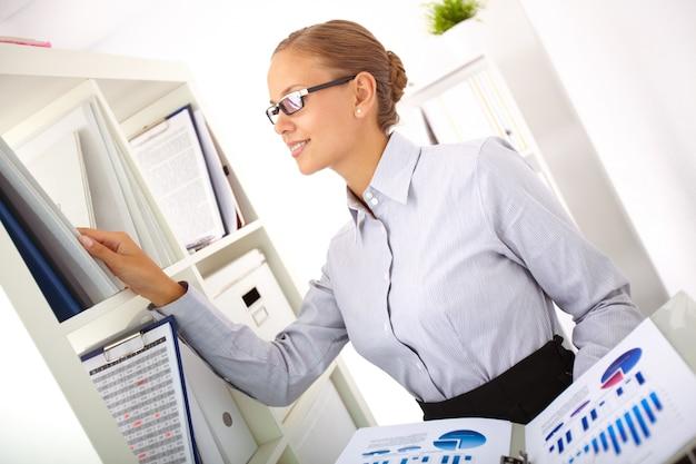 Secrétaire à la recherche de rapports financiers