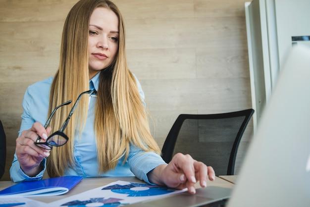 Secrétaire travaillant avec un ordinateur portable