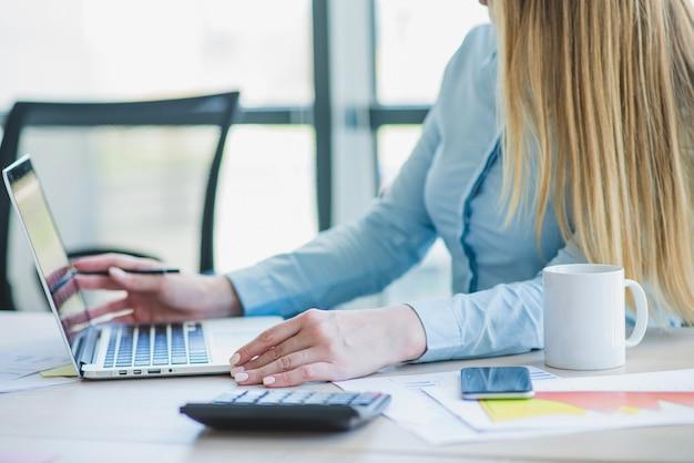 Secrétaire travaillant sur ordinateur portable
