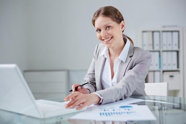 Secrétaire travailler avec des documents statistiques