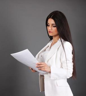 Secrétaire en vêtements blancs