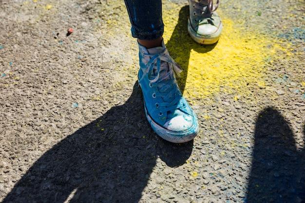 Section basse de chaussures de femme avec poudre de couleur holi