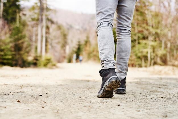 Section basse de l'homme en randonnée dans les montagnes