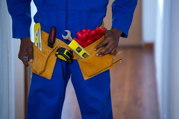 Section médiane de bricoleur portant une ceinture à outils