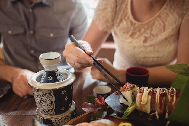 Section médiane du couple ayant des sushis