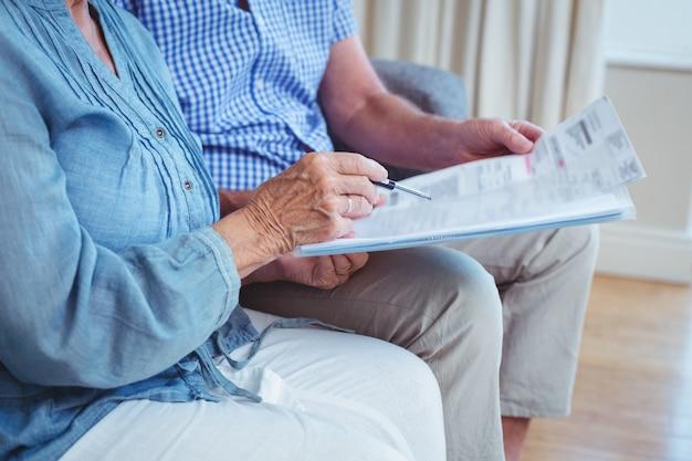 Section médiane du couple avec factures