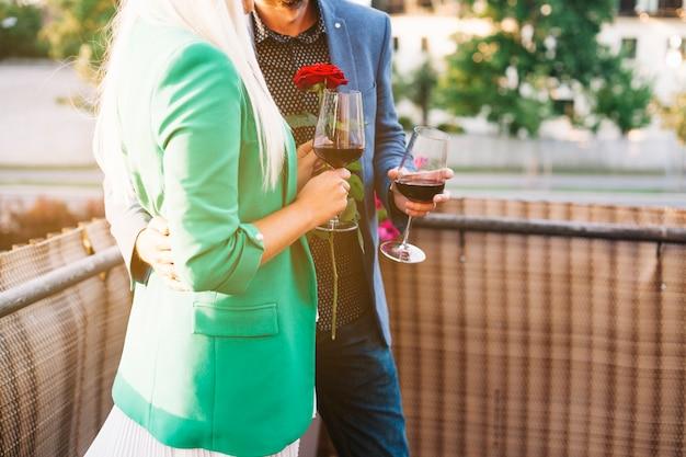 Section médiane du couple tenant des verres à vin