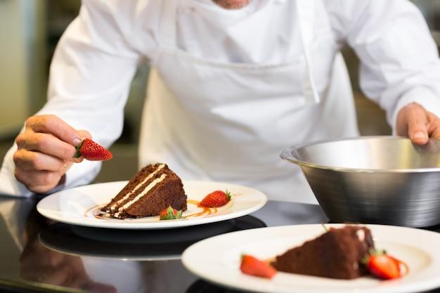 Section médiane du pâtissier décorant le dessert