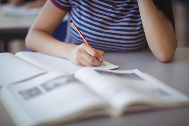 Section médiane d'écolière qui étudie en classe