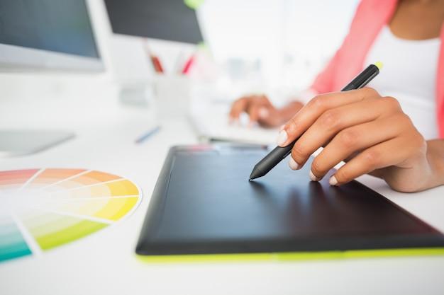 Section médiane d'un éditeur de photos utilisant une tablette graphique