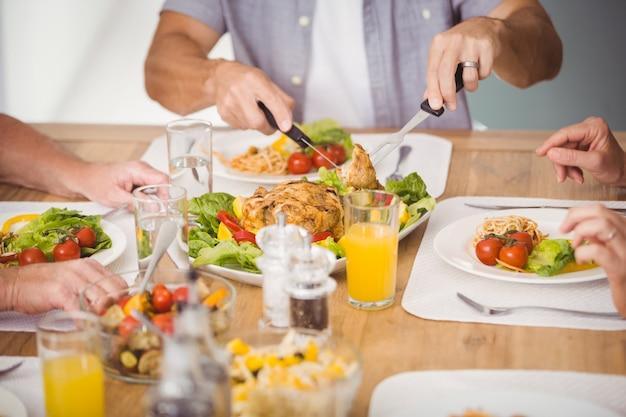 Section médiane de la famille prenant son petit déjeuner