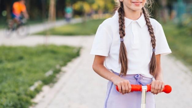 Section médiane d'une fille avec un scooter