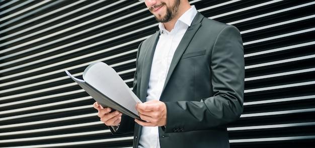 Section médiane d'un homme d'affaires vérifiant les documents dans le dossier