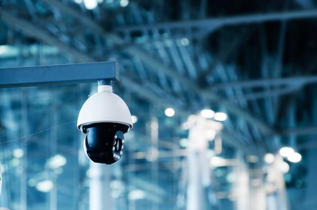 Sécurité, caméra de surveillance dans l'immeuble de bureaux