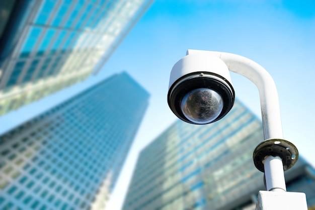 Sécurité, caméra de vidéosurveillance dans l'immeuble de bureaux