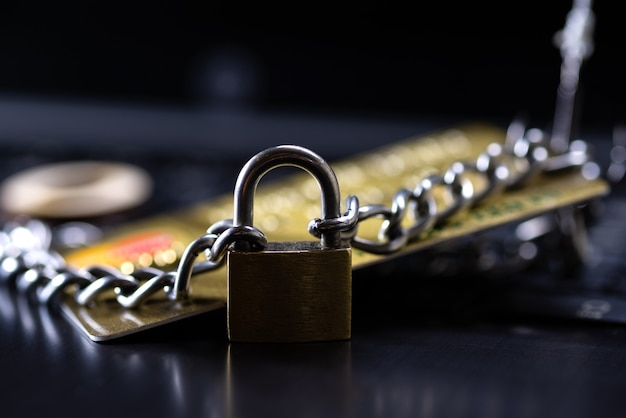 Sécurité des cartes de crédit, trading sécurisé. carte de crédit fermée par un cadenas et une chaîne.