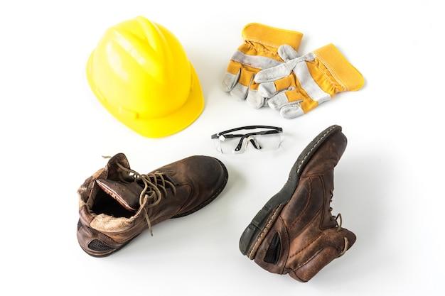 Sécurité du chantier équipement de protection individuelle sur fond blanc