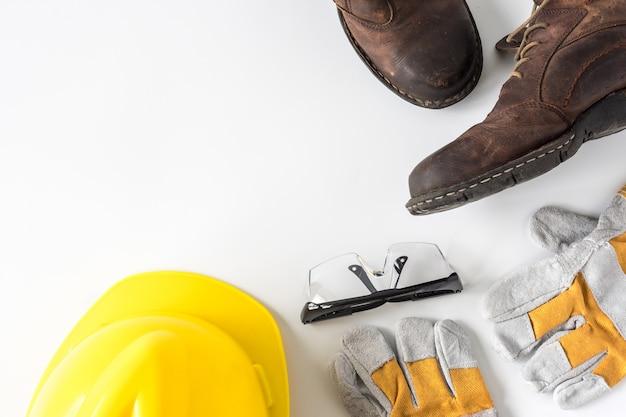 Sécurité du chantier. équipement de protection individuelle sur fond blanc.