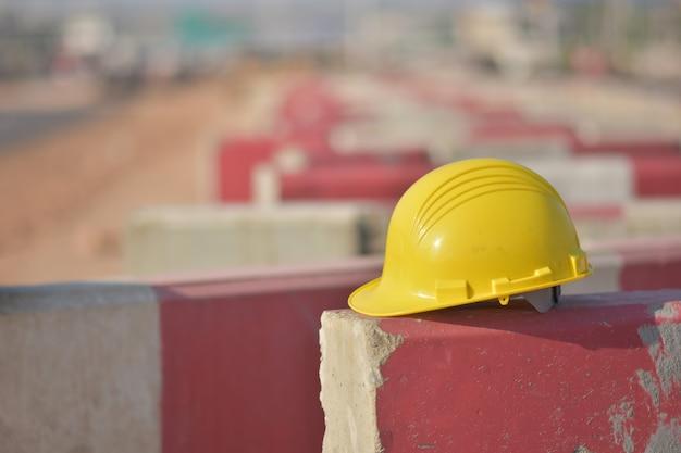 La sécurité dure du casque est sur une route barrière