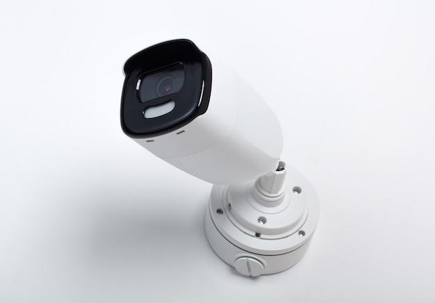 Sécurité vidéo de la caméra de surveillance sur blanc isolé