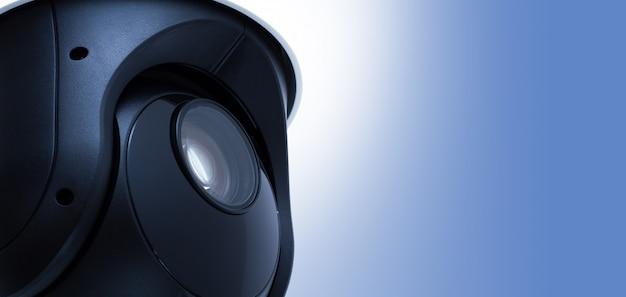 Sécurité vidéo de la caméra de vidéosurveillance avec espace sur bleu.