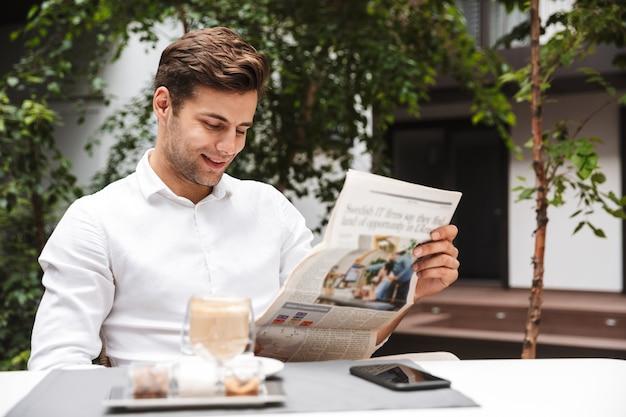 Séduisant jeune homme d'affaires