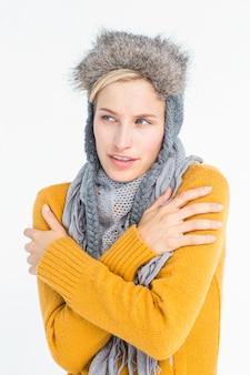 Séduisante blonde portant un chapeau chaud