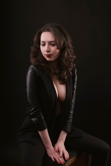 Séduisante femme brune en veste de cuir au studio