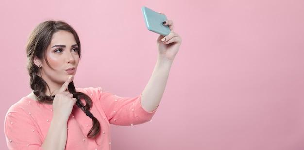Séduisante femme prenant selfie sur smartphone