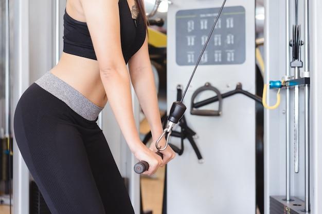 Séduisante jeune bodybuilder déchiré dans la salle de gym.