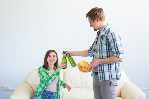 Séduisante jeune couple aimant boire de la bière à la maison