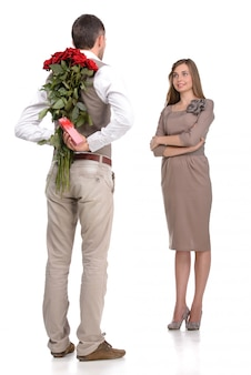 Séduisante jeune couple d'amoureux se regardant.