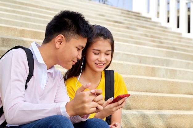 Séduisante jeune couple écoutant de la musique